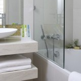 sireneblue_deluxe_room_bathroom-bathtub